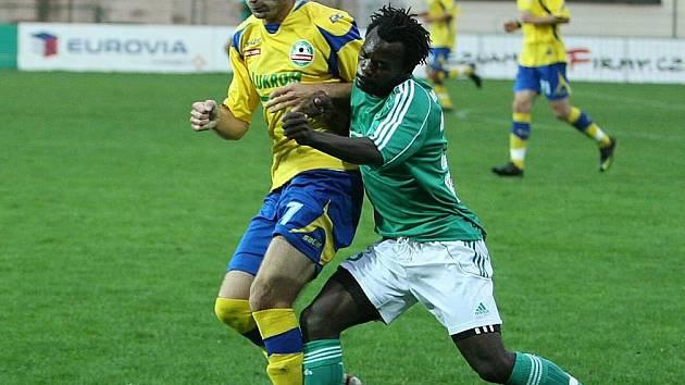 Libor Žůrek (ve žlutém) a karvinský Hervé Tchami bojují o míč.