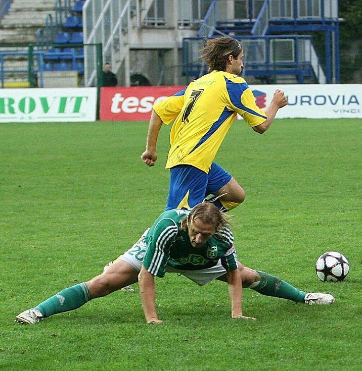 Libor Žůrek peláší k brance, zatímco karvinský stoper Jan Buryán předvádí na svůj věk docela solidní roštěp.