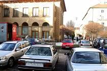 Zaparkovat vůz na ulici Alšově je většinou problém.