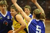 Basketbalistky Orlové (žluté dresy) se rozloučily s domácím prostředím vítězným dvojzápasem.