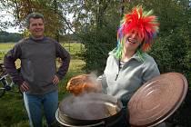 V kulinářské soutěži o nejlepší kotlíkový guláš se utkali místní z Chotěbuzi.