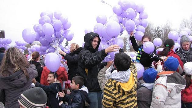 Balonky s přáníčky pouštějí k Ježíškovi pravidelně také děti v Havířově