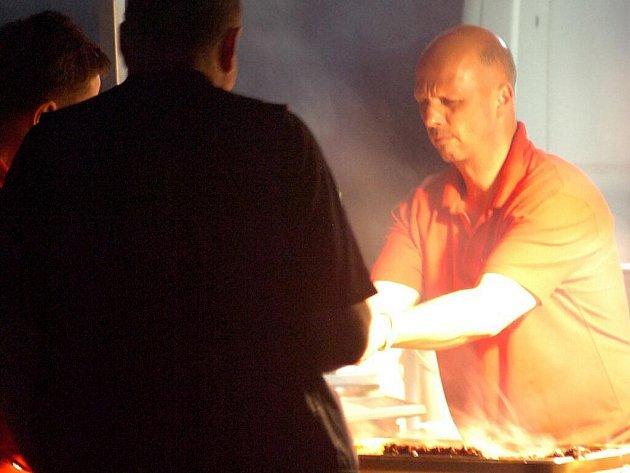 Českotěšínský místostarosta Petr Procházka (ČSSD) prodával na víkendovém festivalu Noc plná hvězd v Třinci klobásy a grilované maso