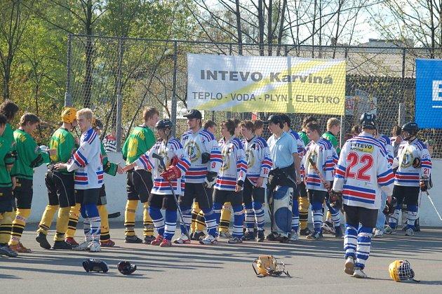 Mladí hokejbalisté Karviné (bílé dresy) nejprve prožili euforii z návratu do již ztraceného zápasu, ale nekonec smutnili z vyřazení po nájezdech. Z postupu se raduje Vsetín.