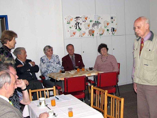 Čestný předseda Radomír Prokop beseduje o historii města s členy Kruhu přátel města Havířova.