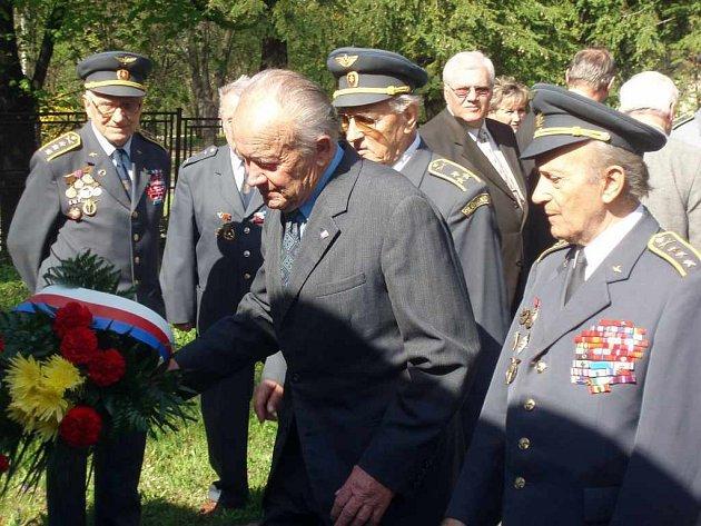 Uctili památku válečných obětí.