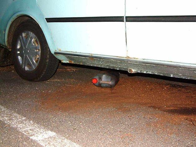 Benzinu v nádrži bylo mnohem více, než stačil plastový kanystr pojmout.