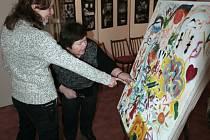 Barbora Pejšková-Paloncová (v popředí) a Kamila Smigová si prohlížejí lidmi vytvořený obraz.