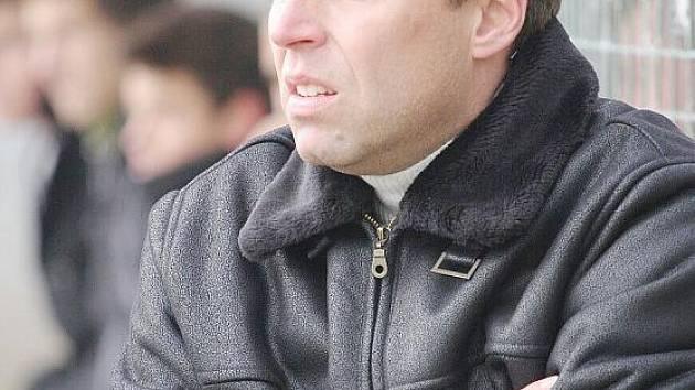 Trenér Richard Beneš na lavičce B dorostu Karviné.