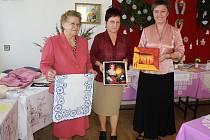 Členky Klubu kobiet se svými výrobky. Wanda Fusková (vlevo), Ewa Sztułová a Barbara Sztułová.