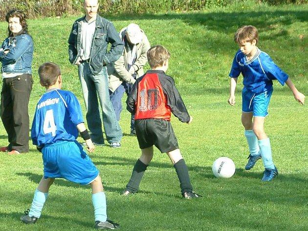 Mladíci MFK Havířov A (modré dresy) vyhráli další zápas a jsou v čele soutěže starších přípravek.