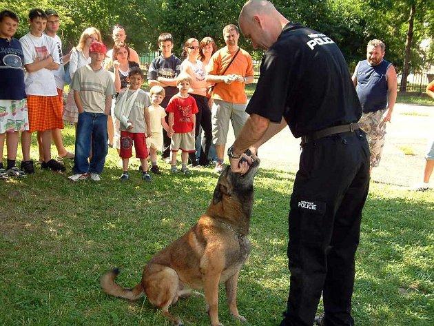 Policisté názorně ukazovali dětem výcvik a poslušnost psa.
