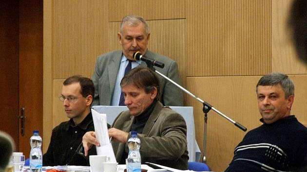 Zasedání těrlického zastupitelstva. Na snímku členové opozice. U mikrofonu Miroslav Švábek, sedící zleva Martin Polášek, Vavřinec Fójcik a Josef Macura