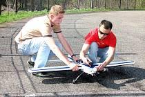 Příprava startu akrobatického modelu na havířovském aerodromu.