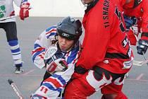Hokejbalisty Karviné (v bílém) čeká v extralize těžká lopota.