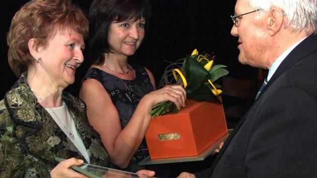 Primátor Havířova František Chobot předává cenu Marii Febrové, která vyučuje na ZŠ Jarošova.