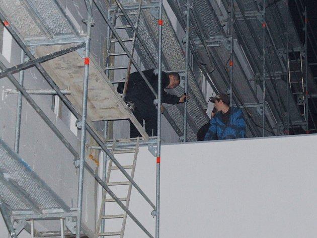 Strážníci zadrželi mladíky na střeše