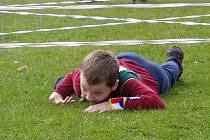 Patrick Ondika při plížení. V turistickém závodě Krajského poháru vyhrál kategorii žáků 11-12 let.