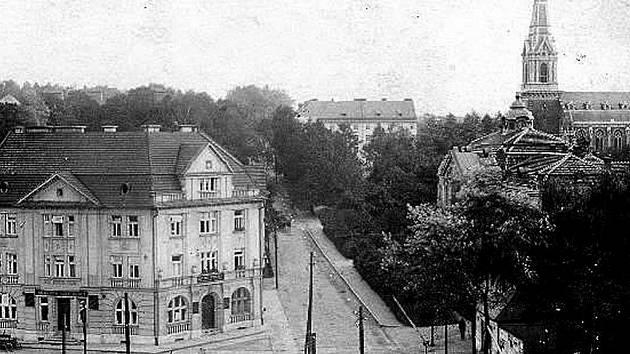 Na dobové pohlednici budova Městské spořitelny s kavárnou Ostárek (vlevo).