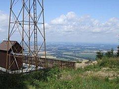 Stožár monitorovací stanice na Prašivé, výhled na Žermanickou přehradu a Havířov