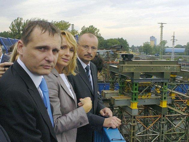 Ministr dopravy Vít Bárta navštívil Bohumín a nechal si ukázat rozestavěný most ve Skřečoni