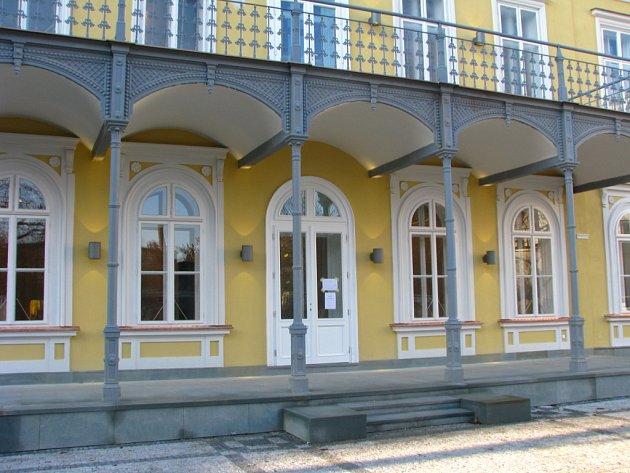 Kulturní památku, zámek ve Vítkovicích, míjí řidiči jedoucí po Výstavní ulici ke křižovatce s ulicí Ruskou.