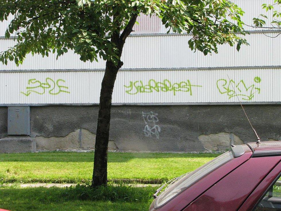 Čmáranice sprejerů na fasádě domu
