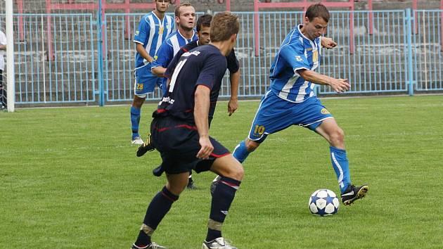 Nový kapitán Indiánů Lukáš Valový (u míče) dovedl v divizní premiéře svůj tým k výhře.