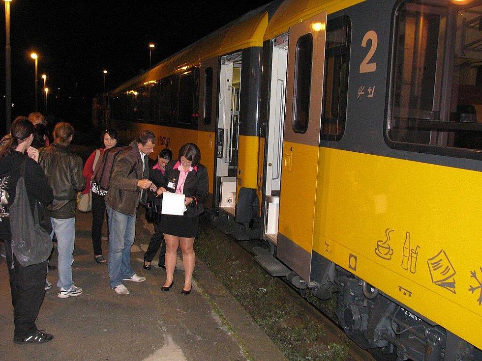 IC RegioJet v Havířově. Stevardka odbavuje první cestující