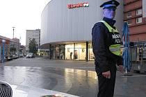 Okolí uzavřeného obchodního domu Elan hlídali policisté a strážníci