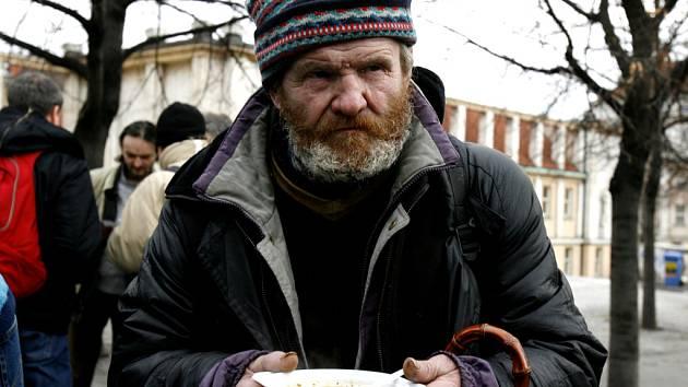 Lidé bez přístřeší dostanou jídlo, mohou se okoupat a ohřát.