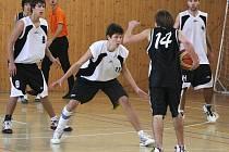 Karvinští basketbalisté (v bílém) zdolali doma silný celek Brandýsa nad Labem.
