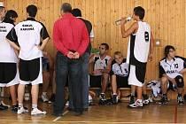 Basketbaloví junioři přivezli cennou výhru z Hradce Králové.