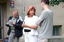 Obhajoba si vymohla tzv. prověrku na místě činu. Obžalovaný strážník na snímku hovoří se svou advokátkou Marcelou Neuwirthovou.