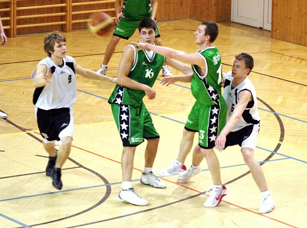 Výborná karvinská obrana, kterou v tuto chvíli předvádí David Čempel (zcela vlevo) a Tomáš Micza (zcela vpravo), povolila Sokolovu jen 65 bodů.