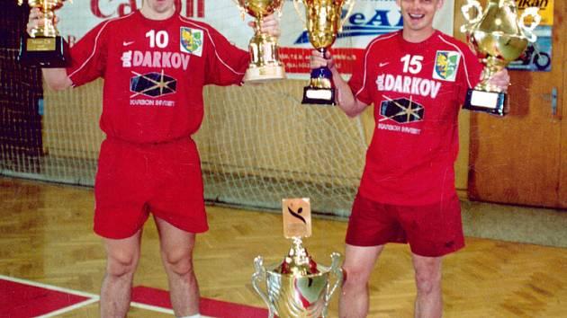 Roman Farář (vlevo) a Alexandr Radčenko s bohatou sbírkou trofejí v roce 2002. Baník měl na svém kontě tři tituly mistra za sebou, výhry v Interlize i Českém poháru.