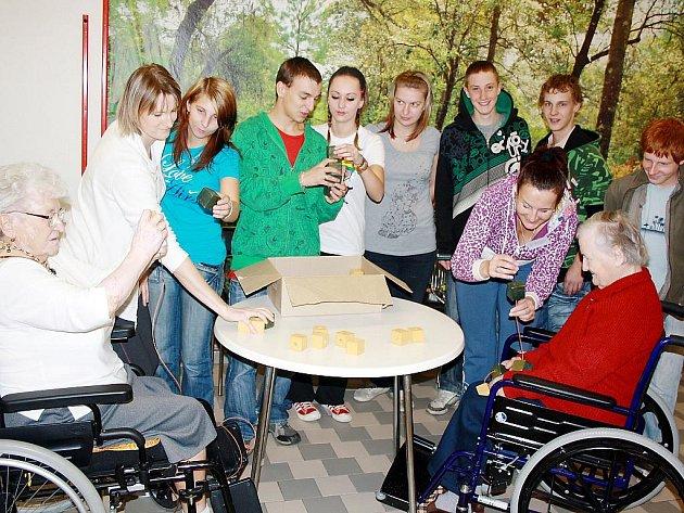 Jindřiška Robenková (vlevo) a Augustína Adamusová navlékaly dřevěné korále. Seniorům v soutěžních disciplínách pomáhali učni z SOU Baron School.