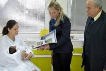 Maminku i miminko odměnilo vedení slavící nemocnice