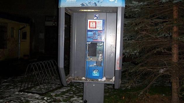 Explozí poškozený telefonní automat