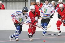 Hokejbalisté Karviné (v bílém) se v extralize drží. O víkendu zase vyhráli.