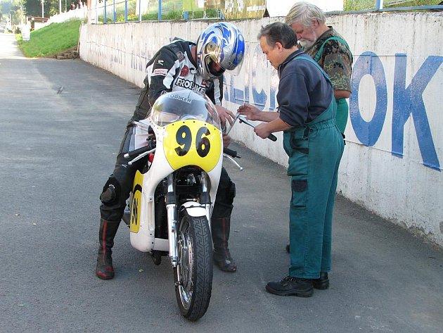 Závody silničních motocyklů Havířovský zlatý kahanec 2010. Jezdec v depu