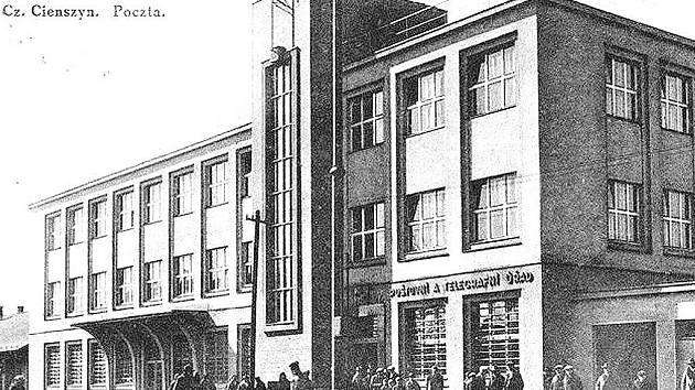 Poštovní a telegrafní úřad v třicátých letech 20. století.