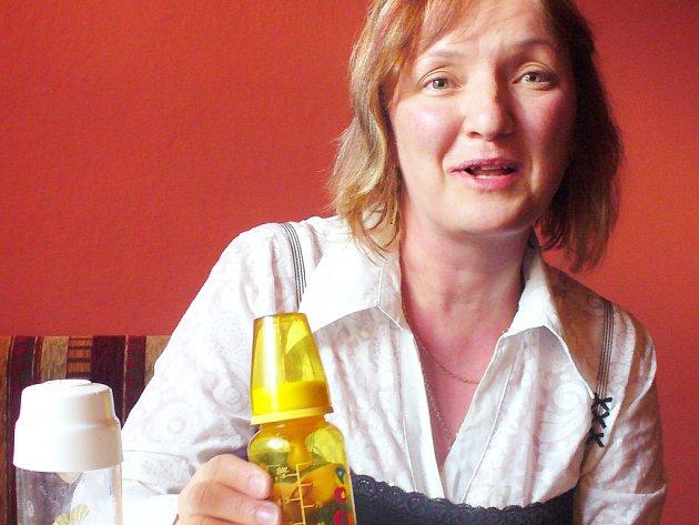 Romana Plonková ukazuje, jak mají vypadat kompletní kojenecké lahvičky, které již brzy budou pomáhat v Indii.