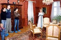 Dobové kostýmy na sobě mají půvabné průvodkyně za Zámku Fryštát už několikátou sezonu. Podle návštěvníků dobrý nápad.