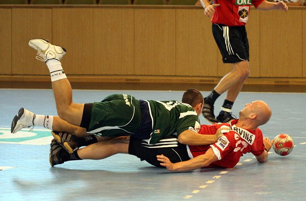 Tvrdé souboje jsou k vidění i během přípravných zápasů.