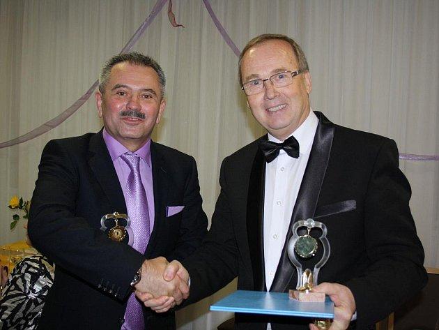Generální ředitel Arcelor Mittal Tubular Products Karviná Stanislav Konkolski (vlevo) a Ivan Stejskal, ředitel Karvinské hornické nemocnice po převzetí ocenění Podnikatel roku 2010, kterou pořádala OHK Karviná.