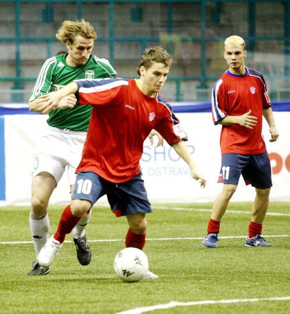 Fotbalisté Karviné (na snímku vlevo kapitán Buryán) obsadili na turnaji třetí místo.