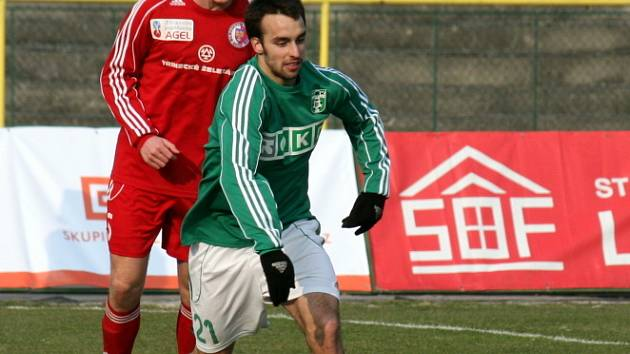Vladimír Mišinský (v zeleném) se cpe před třineckého protihráče. V utkání dal gól, na další přihrál.