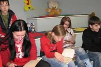 Děti se v knihovně zabývaly starým uměním kuchařek.