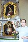 Karvinský katolický farář Daniel Vícha ukazuje vzácný obraz Zázračné Panny Marie Fryštátské.